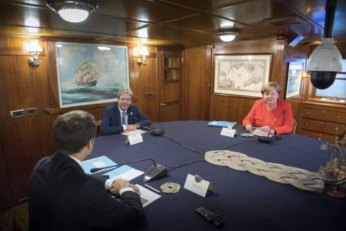 Ora Macron trama con la Merkel per lasciare tutti i migranti all'Italia