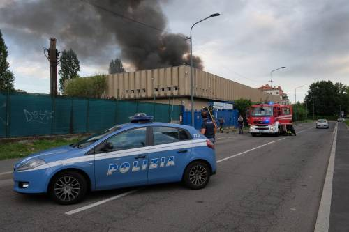 Milano, incendio in un deposito di rifiuti 7