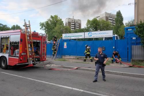 Milano, incendio in un deposito di rifiuti 8