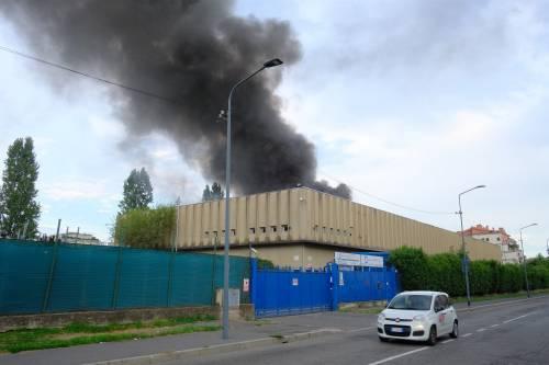 Milano, incendio in un deposito di rifiuti 2