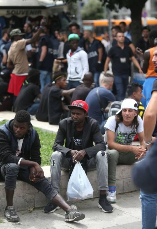 Migranti, nuovo blitz della polizia in stazione Centrale 8