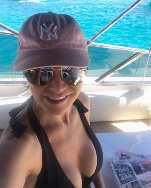 Simona Ventura sexy in vacanza 13