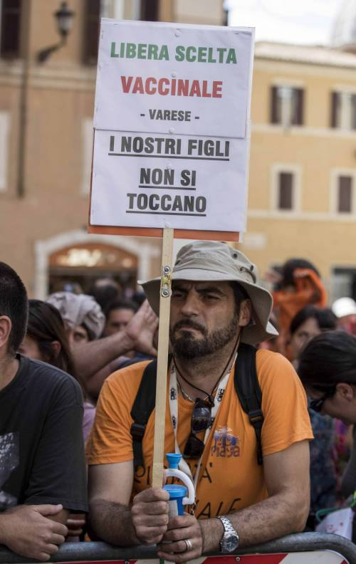 Decreto Vaccini, la protesta dei no-vax davanti a Montecitorio 4