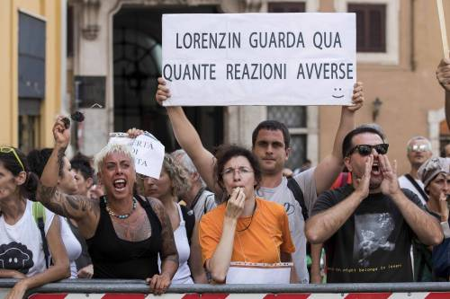 Decreto Vaccini, la protesta dei no-vax davanti a Montecitorio 8