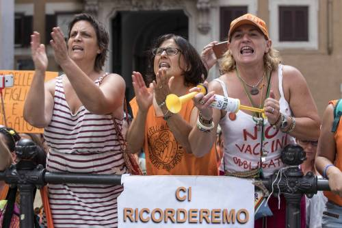 Decreto Vaccini, la protesta dei no-vax davanti a Montecitorio 9