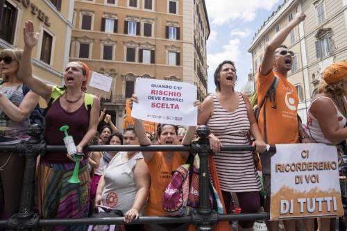 Decreto Vaccini, la protesta dei no-vax davanti a Montecitorio 5