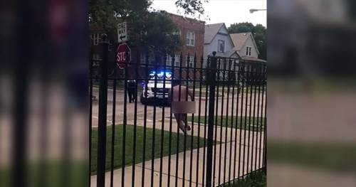 Si denuda, poi si evira: orrore in strada a Chicago