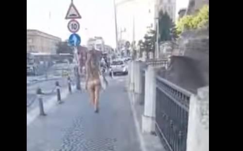 """Girava nuda per Bologna: """"Me l'ha detto lo psicologo"""""""