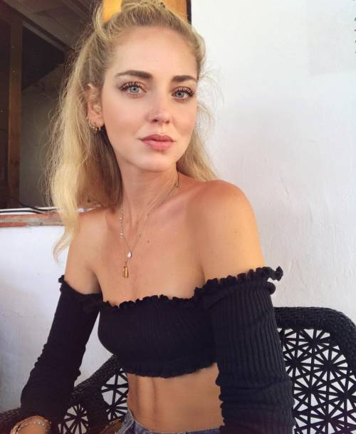 Chiara Ferragni hot, ragnatela sul seno 7