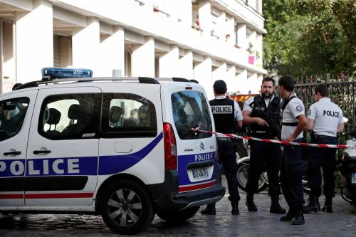 Parigi, auto travolge gruppo militari 3