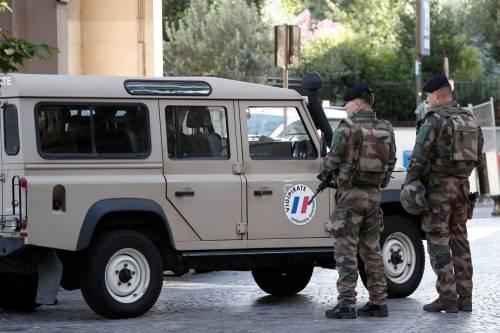Parigi, auto travolge gruppo militari 4