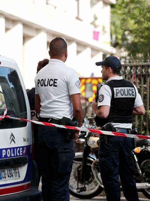 Parigi, auto travolge gruppo militari 6