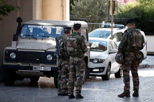 Parigi, auto travolge gruppo militari 9