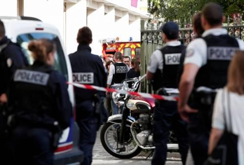 Parigi, auto travolge gruppo militari 10