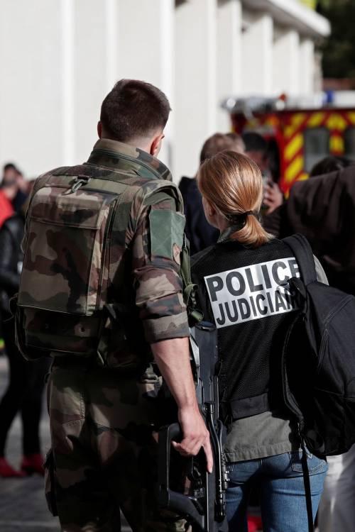 Parigi, auto travolge gruppo militari 11