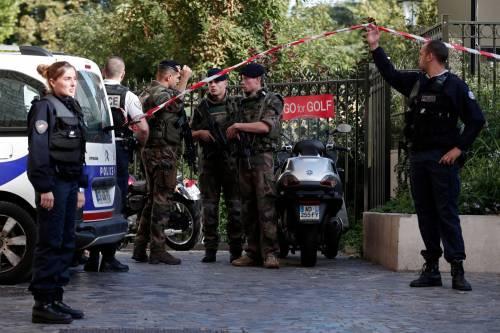 Parigi, auto travolge gruppo militari 12