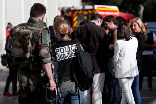 Parigi, auto travolge gruppo militari 13