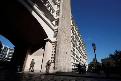 Parigi, auto travolge gruppo militari 14