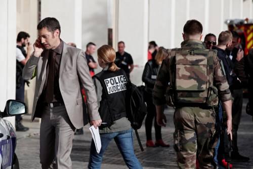 Parigi, auto travolge gruppo militari 15