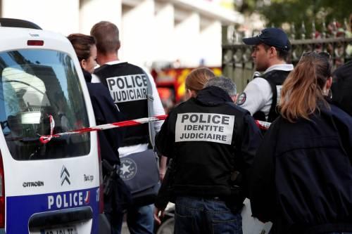 Parigi, auto travolge gruppo militari 16