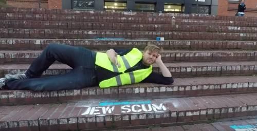 Twitter non cancella post razzisti: writer ebreo li dipinge in strada