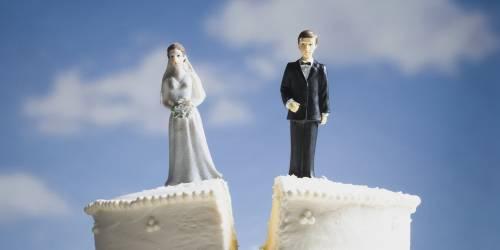 """Divorzia dopo due mesi di matrimonio: """"Mia moglie puzza"""""""
