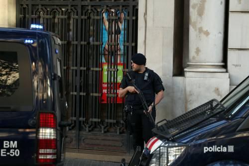 Spagna, entra armato in commissariato urlando Allah Akbar. Freddato dalla polizia