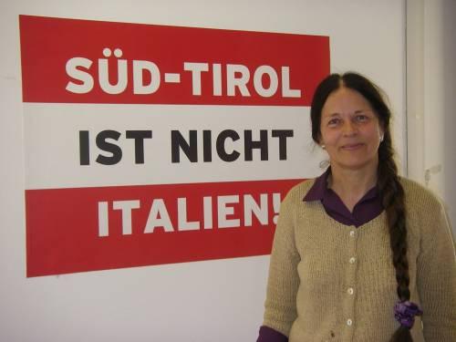 Condannata Eva Klotz per vilipendio al Tricolore