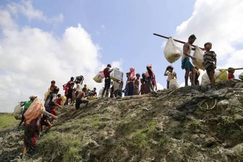 """Save the Children: """"Donne e bimbi stuprati e bruciati vivi in Birmania"""""""