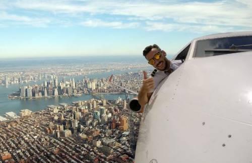 Il pilota che fa i selfie mentre è in volo: gli scatti che fanno sognare il web