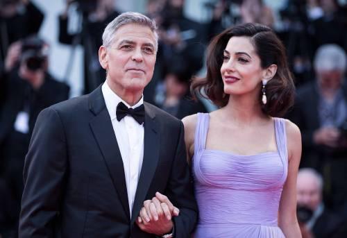 Clooney sfida il bando di Trump. E accoglie in casa un profugo