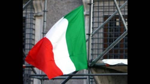 Vittorio Veneto, sfregio al Tricolore: strappato e buttato in un dirupo