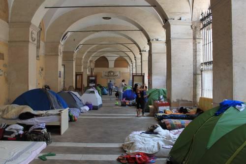 """Dentro la basilica """"occupata"""" dai movimenti per la casa 2"""