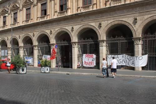"""Dentro la basilica """"occupata"""" dai movimenti per la casa 10"""