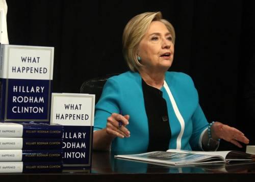 Hillary Clinton cade ancora: distrazioni o problemi di salute?