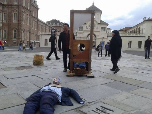 """Renzi e Poletti """"ghigliottinati"""" a Venaria (Torino) 4"""