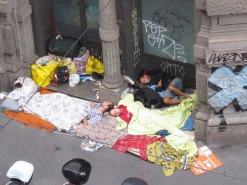 Milano, degrado in Corso Italia. E il centro sembra una favela