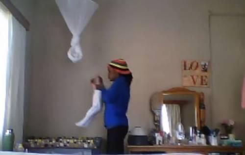Baby sitter lancia la bimba nella culla: arrestata e accusata di tentato omicidio