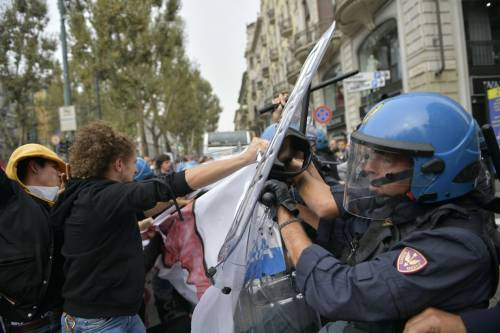 Scontri tra manifestanti e polizia a Torino 1