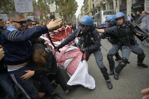 Scontri tra manifestanti e polizia a Torino 9