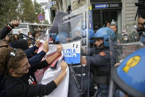 Scontri tra manifestanti e polizia a Torino 2