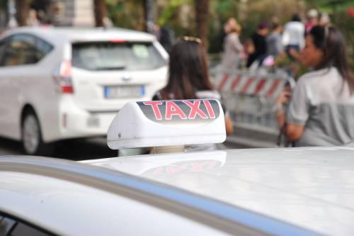 Roma, pagano il tassista poi lo picchiano e lo rapinano