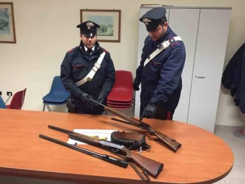 Reggio Emilia, scambia gli operai sul tetto per ladri e spara con un fucile