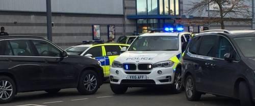 Gran Bretagna, arrestato uomo armato. Rilasciati gli ostaggi del bowling