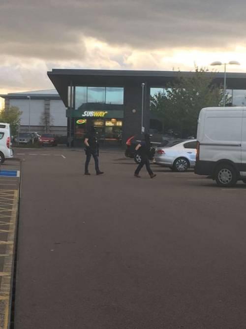 Gran Bretagna, ostaggi in un bowling: l'arrivo della polizia