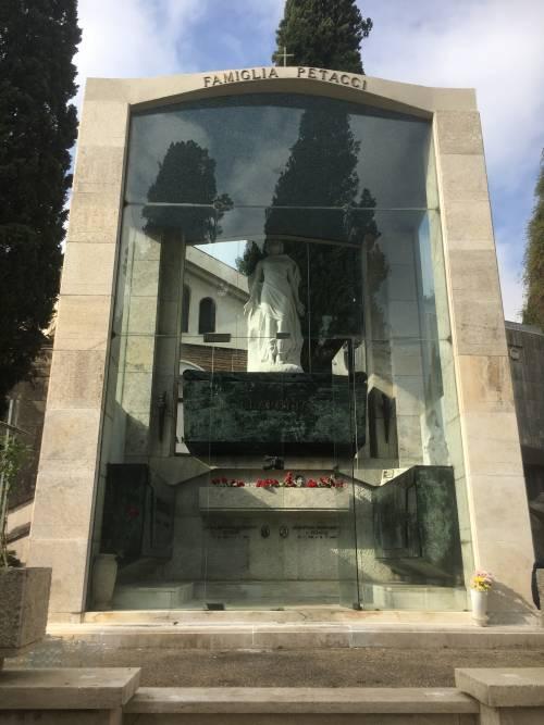 I nostalgici restaurano la tomba della Petacci