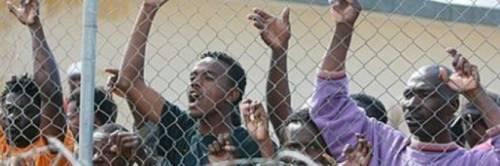 Migranti, violentissime proteste nel centro d'accoglienza a Lesbo