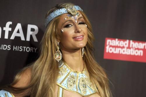 Paris Hilton come Cleopatra per beneficenza