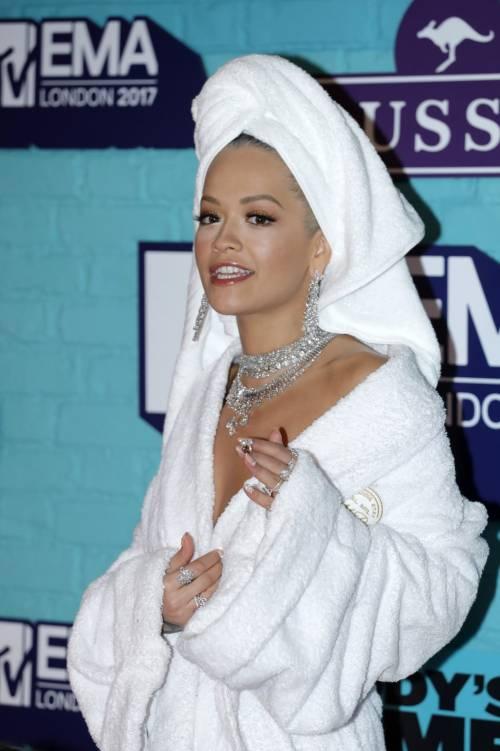 Rita Ora agli Mtv Ema 2017 in accappatoio