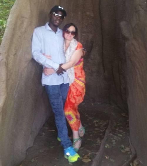 Lascia marito e 9 figli e va in Gambia dal toyboy conosciuto su Facebook